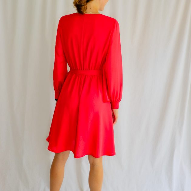 Krátke šifónové šaty.