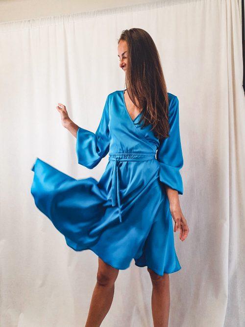 Krátke saténové šaty s výstrihom MODRÉ.