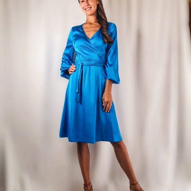 Krátke saténové šaty s výstrihom MODRÉ