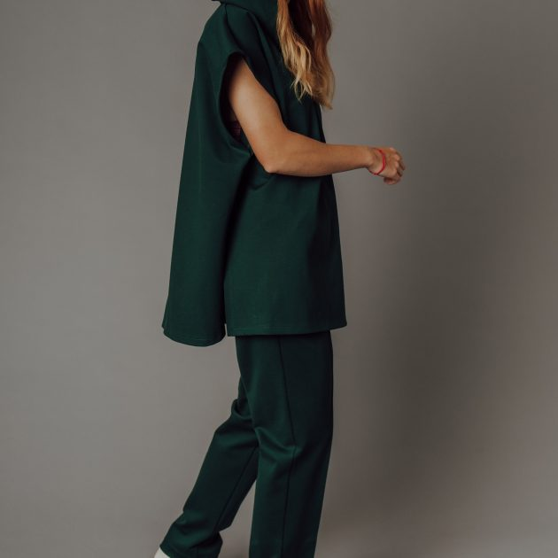 Smaragdová vesta s kapucňou