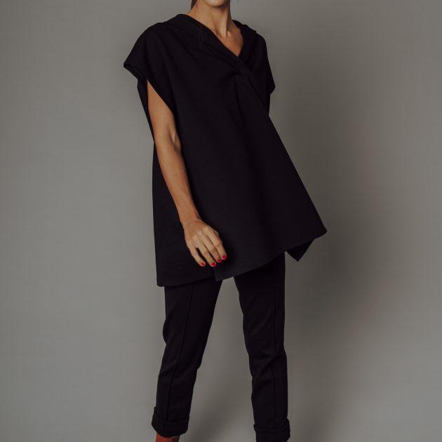 Čierna vesta s kapucňou